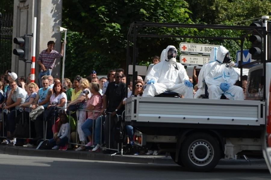 Pick-up und Träger der Strahlenschutzkleidung des Zivilschutzes
